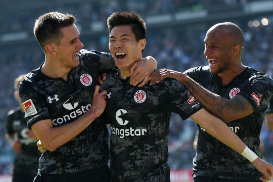 Paulis Kyoung-Rok Choi (Mitte) jubelt nach seinem Treffer zum 1:0.