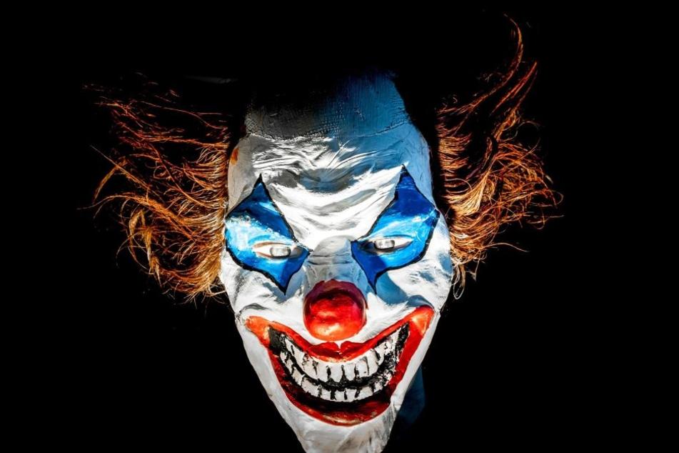 Ein Vater wollte seiner Tochter mit einer Clownsmaske einen Streich spielen. Sein Nachbar fand dies aber nicht lustig. (Symbolbild)