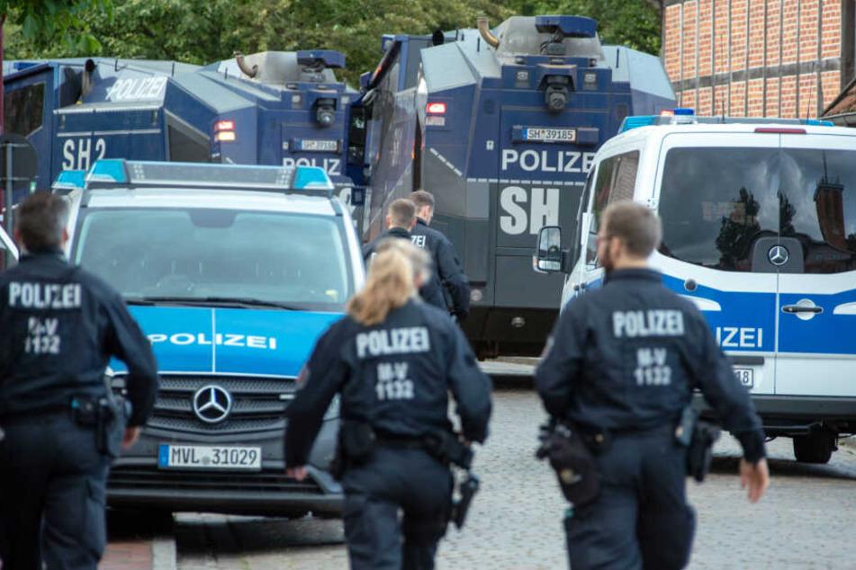 Insgesamt sind zwölf Wasserwerfer der Polizei auch aus anderen Bundesländern im Löscheinsatz.