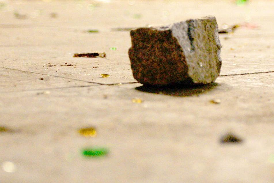Ein 32-Jähriger hat einen 78 Jahre alten Mann mit einem Pflasterstein attackiert (Symbolbild).