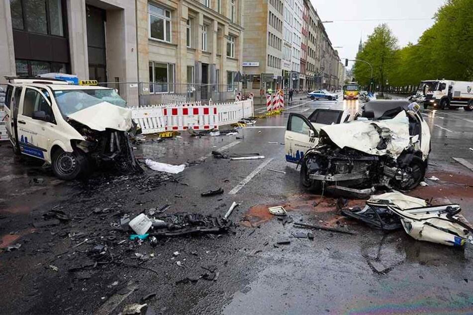 Die Wracks, von zwei komplett zerstörten Taxis am Ballindamm in Hamburg.
