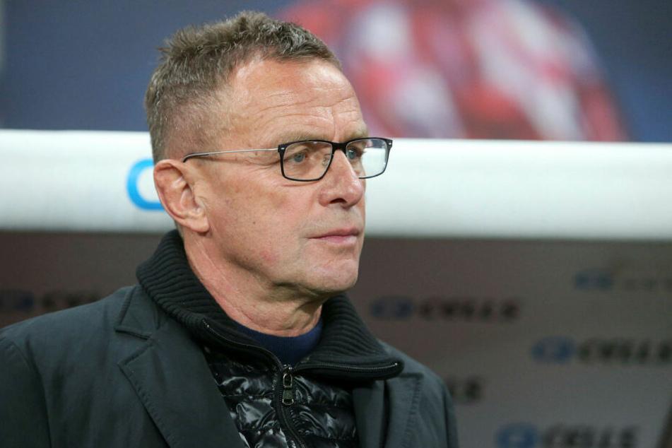 RB Leipzigs Trainer Ralf Rangnick (60) will im Bundesligaspiel am Samstag in Stuttgart keine Rücksicht auf die schwere Situation seines Gegenübers nehmen.