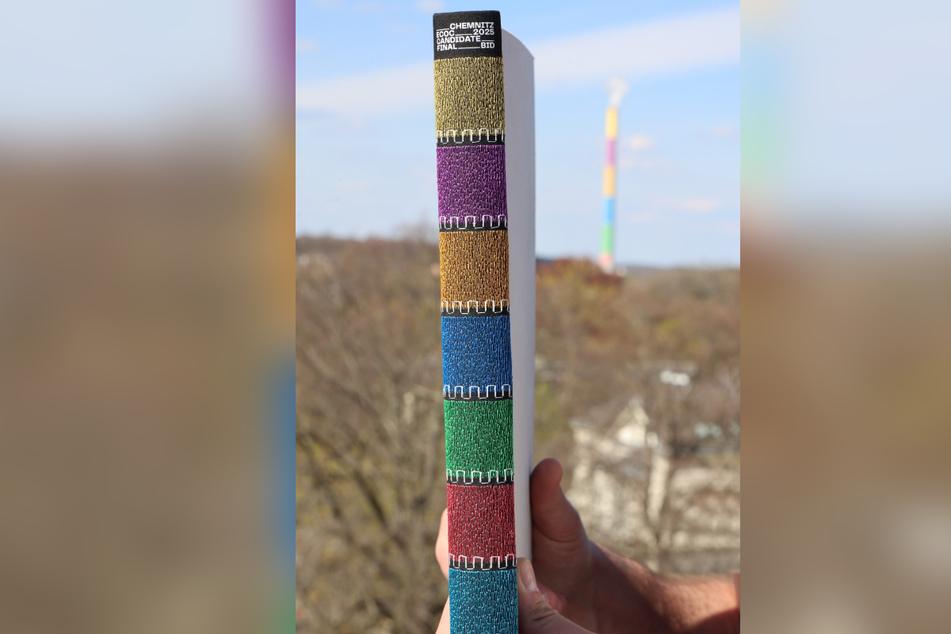 """Das Bewerbungsbuch in den """"Lulatsch""""-Farben hat die Jury überzeugt."""