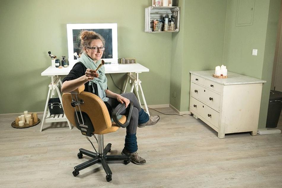 Neuer Look gefällig? In ihrem Maskenbild Atelier schminkt und frisiert Theresa Roick (29) ihre Kunden.