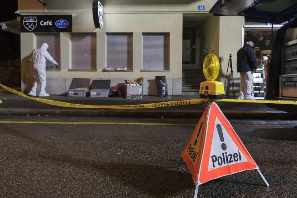 In einer Bar in Basel sind am Donnerstagabend zwei Menschen getötet worden, ein anderer Gast wurde lebensgefährlich verletzt.