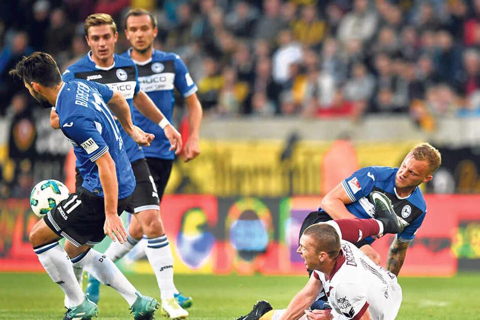 Im Hinspiel ging Haris Duljevic (r., v.) mit Dynamo zu Boden - die Arminen gewannen in Dresden 2:0.