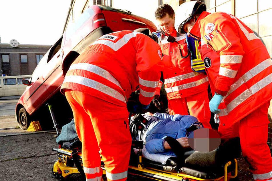 Dort wurde der Ernstfall geprobt: Helfer kümmern sich um verletzte Personen.