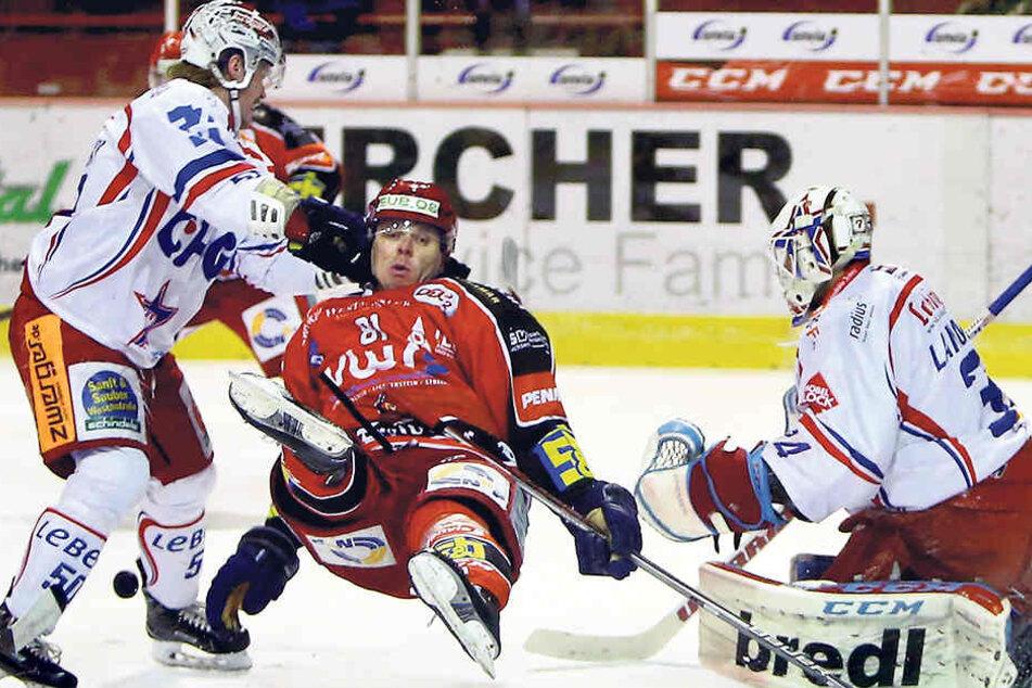 So wie hier ihr zweifacher Torschütze Martin Bartek, gingen auch die Eispiraten gestern zu Boden. Gegen Ravensburg setzte es die nächste Niederlage.