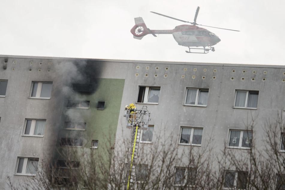 Mehrere Etagen in Flammen: 22 Verletzte bei Hochhaus-Brand