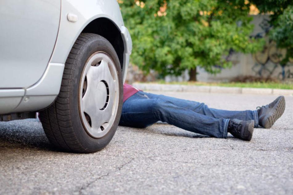 Der Rentner erlag sofort seinen Verletzungen, nachdem das Auto ihn überfahren hatte. (Symbolbild)