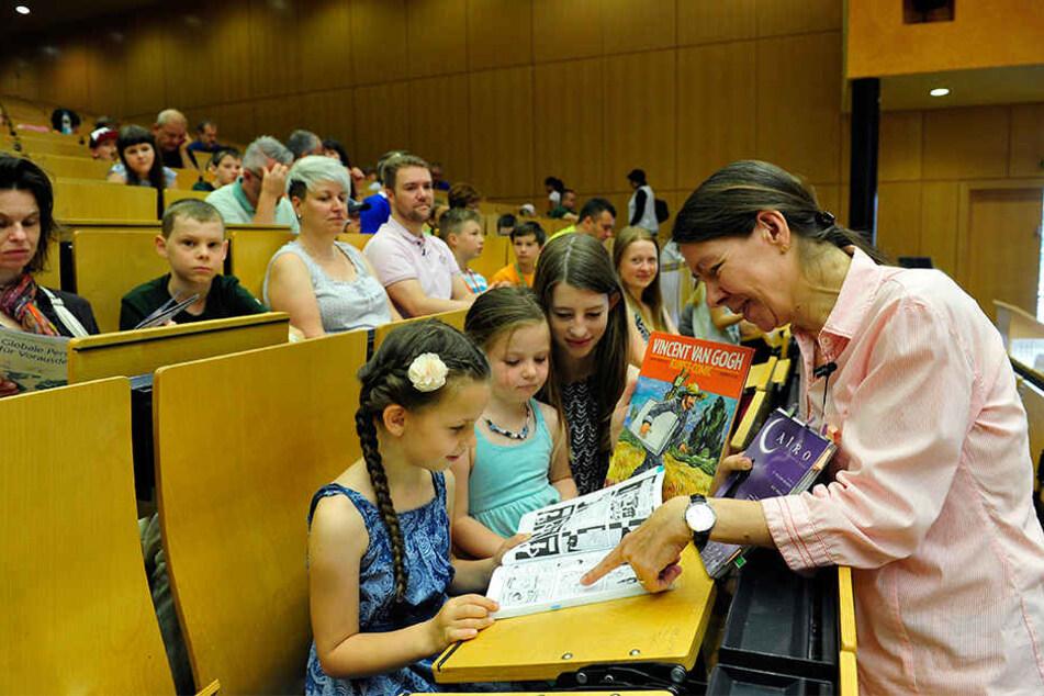 Kinder-Uni in Chemnitz: Professorin Cecile Sandten mit Denise (7), Claudia (5) und Saskia (13) in einer Comic-Vorlesung.