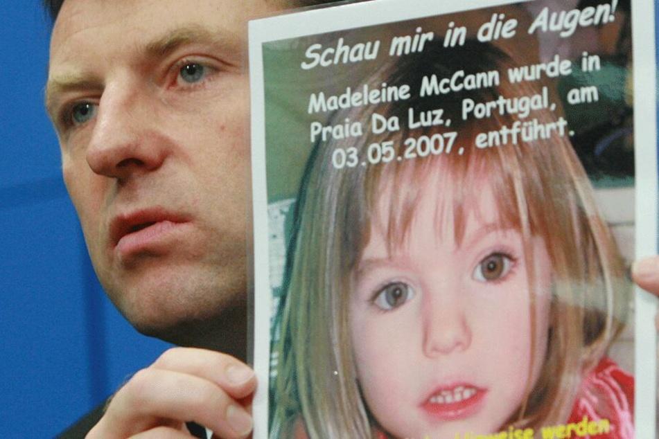 Gerry McCann zeigt am 6. Juni 2007 während einer Pressekonferenz in Berlin ein Foto seiner Tochter.
