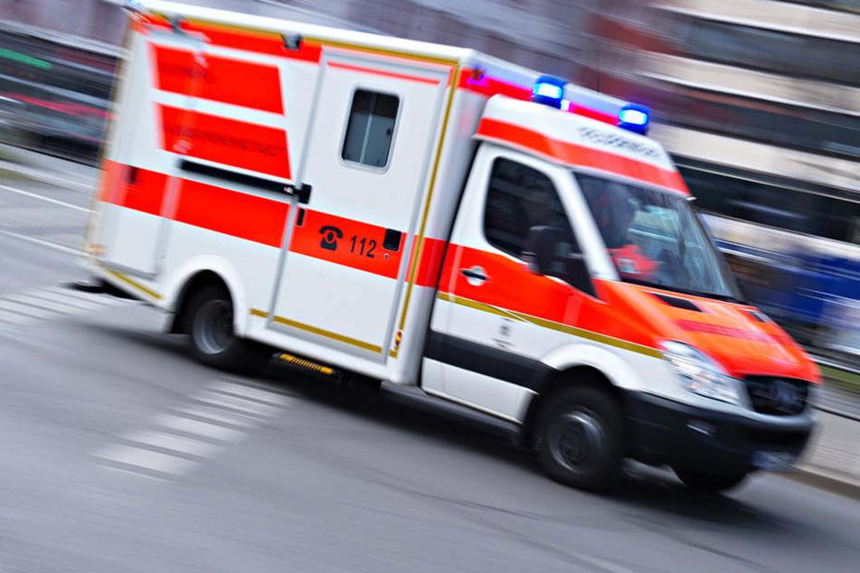 Der Rettungswagen brachte die Schwerverletzte (19) in die Uniklinik Münster. (Symbolbild)