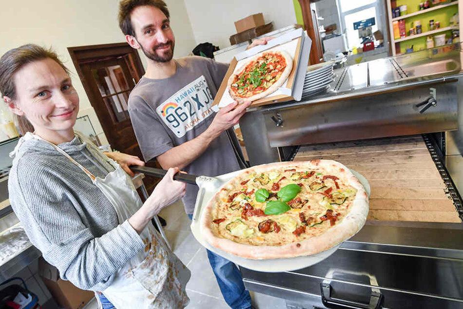 Evelina Ziehut (37) und David Bauch (31) haben den ersten veganen Pizzabringdienst in Chemnitz eröffnet.