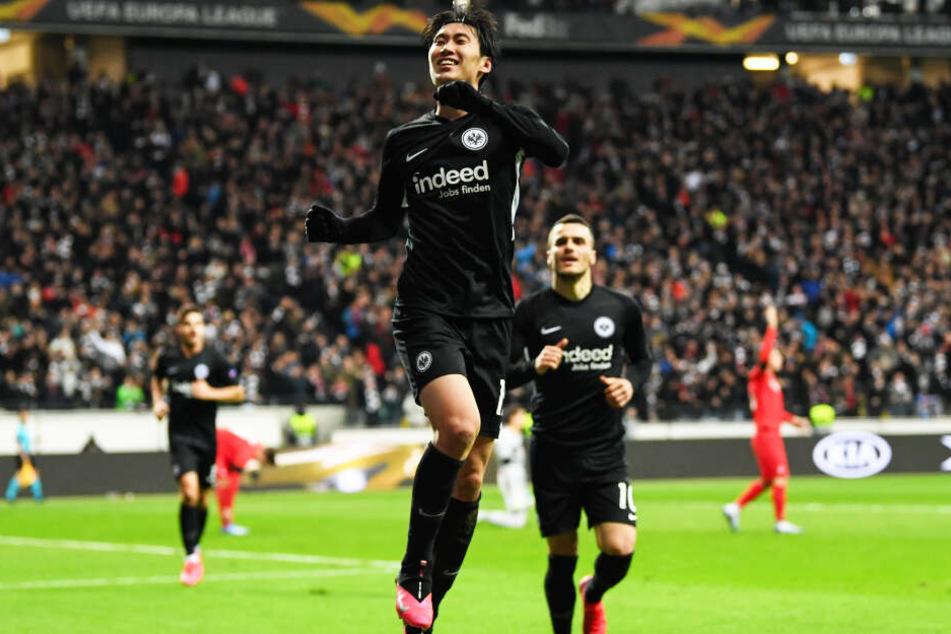 Daichi Kamada (l.) erzielte einen Dreierpack für Eintracht Frankfurt und hat nun schon sechs Tore in sieben Europa-League-Partien geschossen und zwei Assists gegeben.