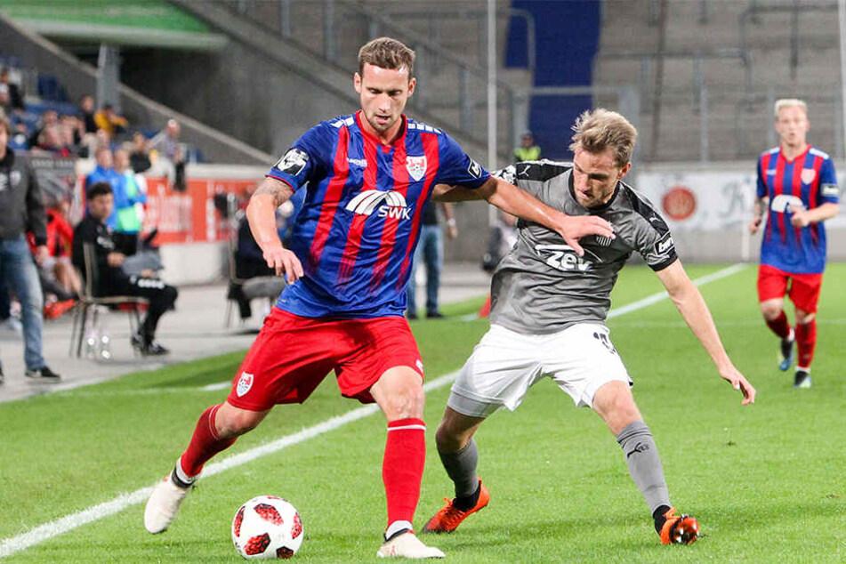 Mike Könnecke (r., gegen Manuel Konrad) war in Uerdingen ein Garant für den FSV-Erfolg.