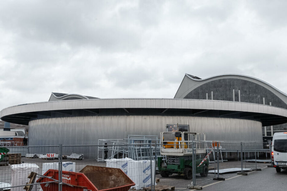 Vor dem Großmarkt wurde ein kreisförmiger Pavillon für die Theaterpausen neu gebaut.