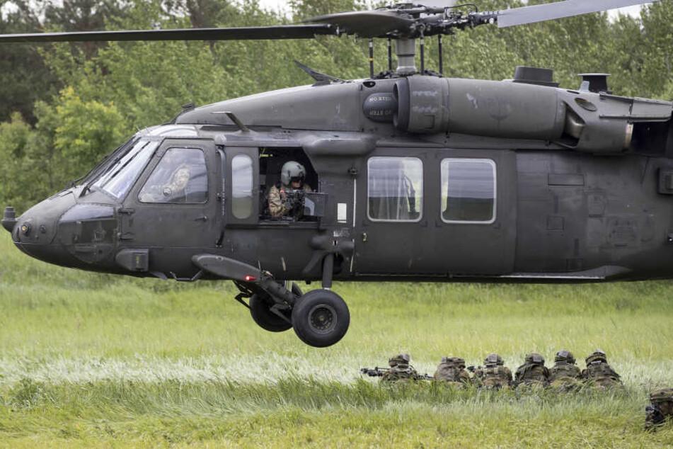 Ein herabstürzendes Fenster aus einem US-Militärhelikopter knallte auf ein Grundschulgelände.