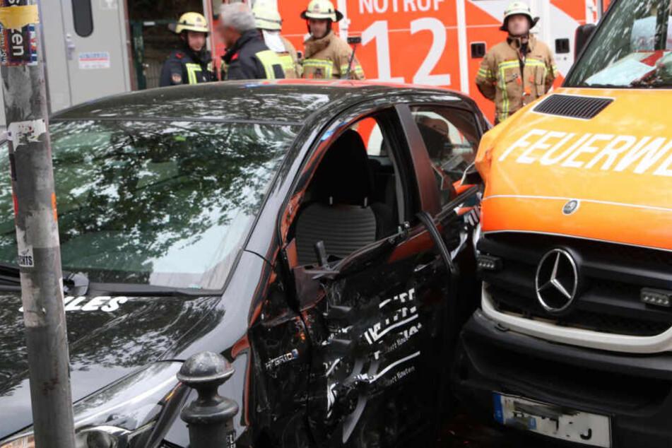 Rettungskräfte eilten zu Hilfe, zwei Personen sollen leicht verletzt worden sein.