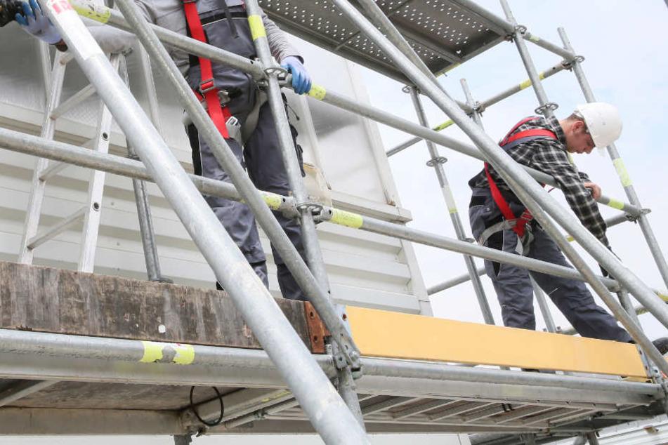 Beim Sturz von einem Baugerüst aus großer Höhe ist ein Arbeiter in Essen ums Leben gekommen. (Symbolbild)