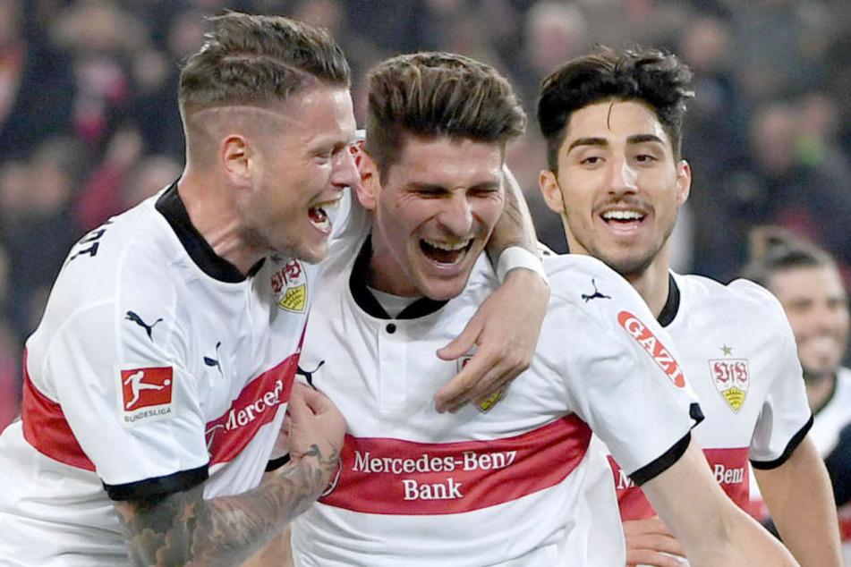 Stuttgarts Mario Gomez (M.), Daniel Ginczek (l.) und Berkay Özcan jubeln nach einem Tor. (Archivbild)