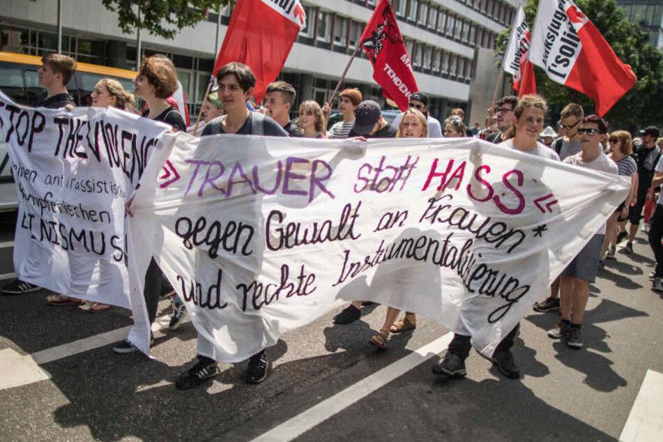 Mit einem Transparent ziehen Demonstranten am Sonntag durch die Innenstadt von Mainz.