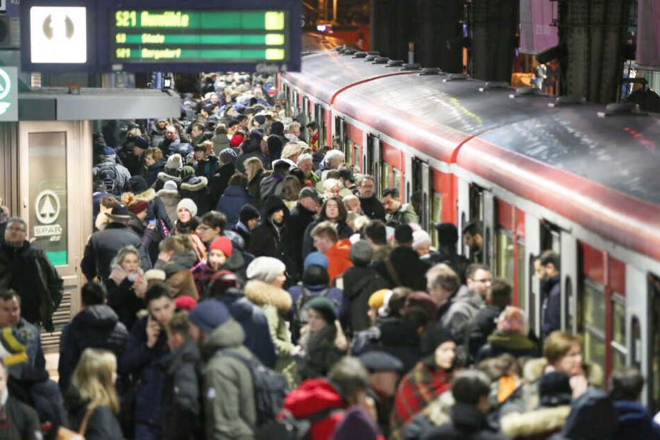 Unzählige Menschen stehen am Hamburger Hauptbahnhof und wollen in eine S-Bahn einsteigen. (Archivbild)