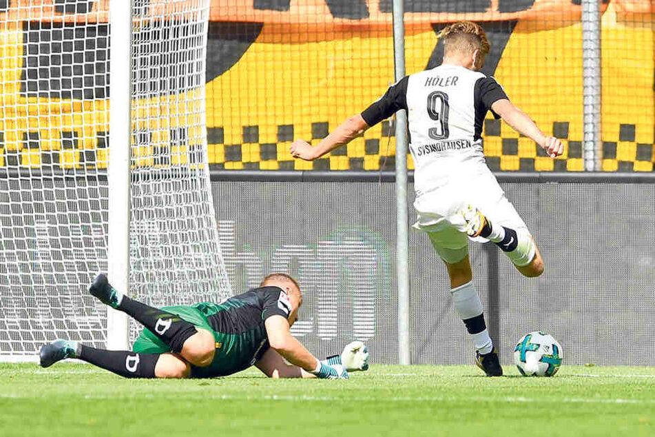 Keiner Abwehrchance! Lucas Höler umkurvt Dynamo-Schlussmann Marvin Schwäbe  und erzielt den zweiten der vier Sandhausener Treffer in Dresden.
