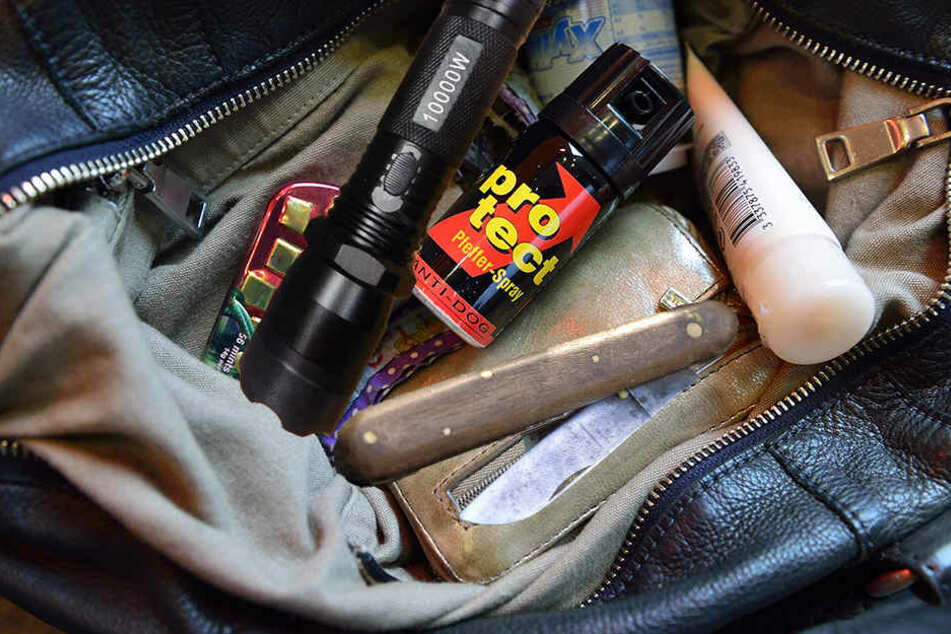Eine Frau hatte Pfefferspray, Taschenmesser und Elektroschocker dabei.