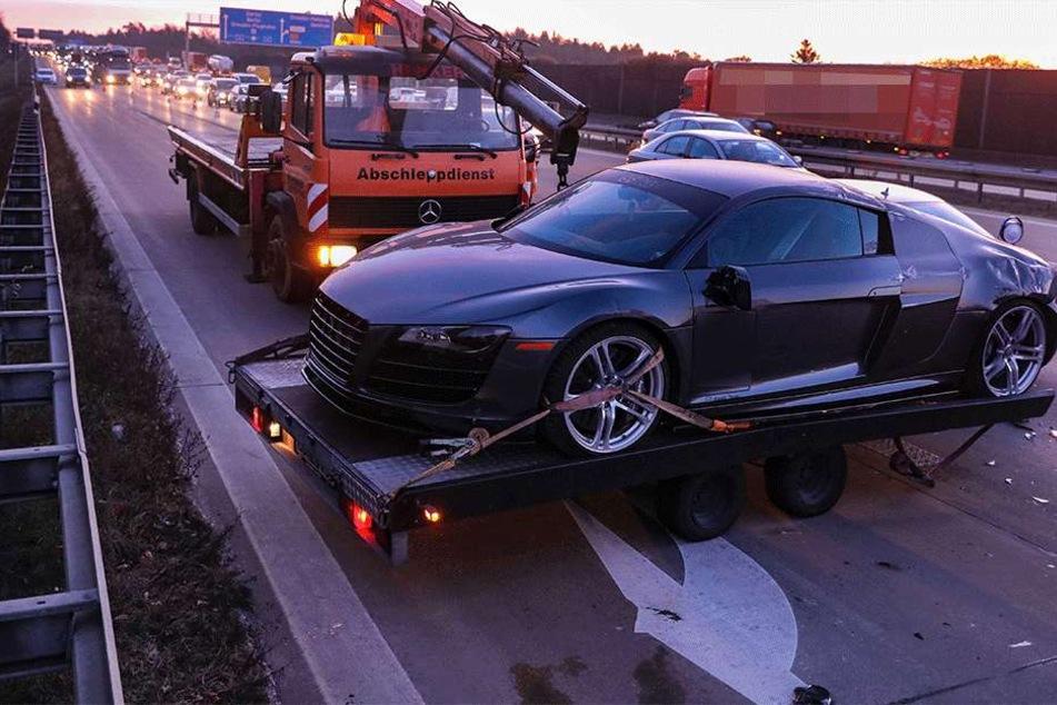 Der Abschleppdienst musste das Fahrzeug abtransportieren.