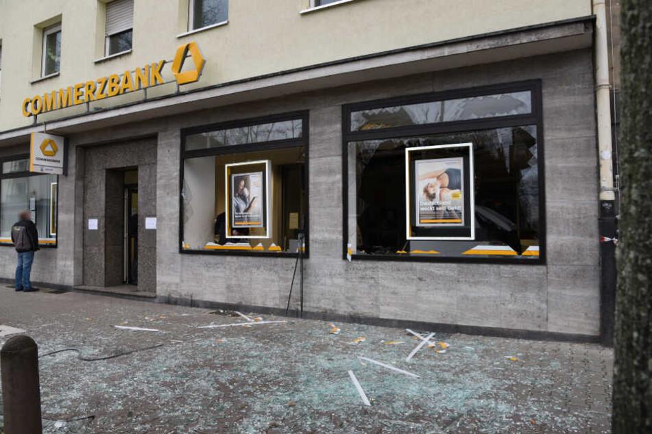 Trümmer und Glassplitter: Die Commerzbank-Filiale am Freitagmorgen.