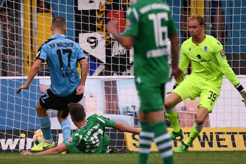 Gianluca Korte (l) trifft zum 2:0 für Waldhof Mannheim.