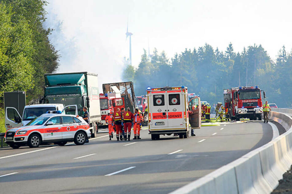 Rettungsassistent Thorsten Ullrich (44, links laufend) versorgte Opfer am Unglücksort.