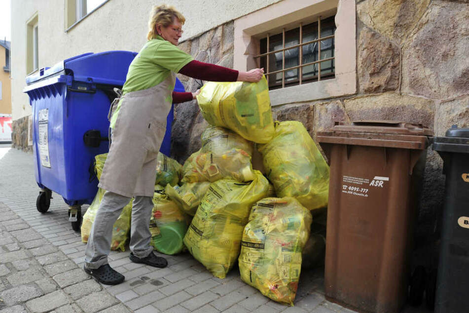 Monika Samland (60) sammelt gelbe Säcke hinter dem Konditorei-Cafe Bösewetter in Grüna.