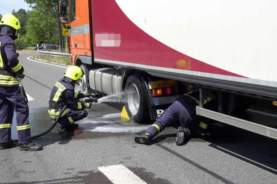 Bremsen heiß gelaufen: Laster legt Bundesstraße lahm