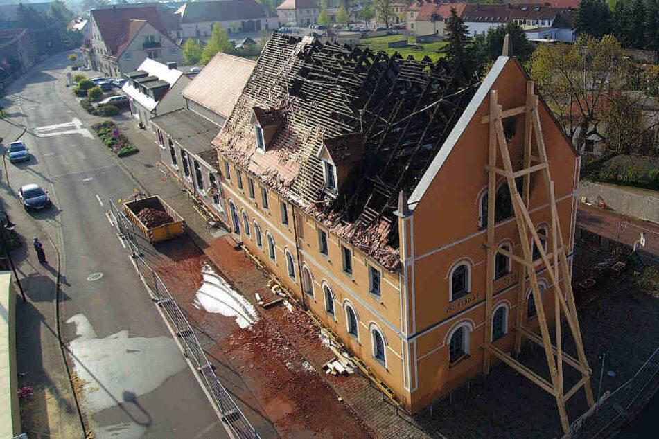 Am Tag nach der Brandkatastrophe offenbart sich das ganze Ausmaß der Zerstörung. Die Brandursache ist noch nicht ermittelt.