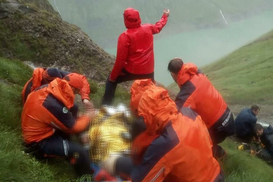 Der verletzte Wanderer wurde mittels eines Rettungshubschraubers in ein Krankenhaus geflogen.