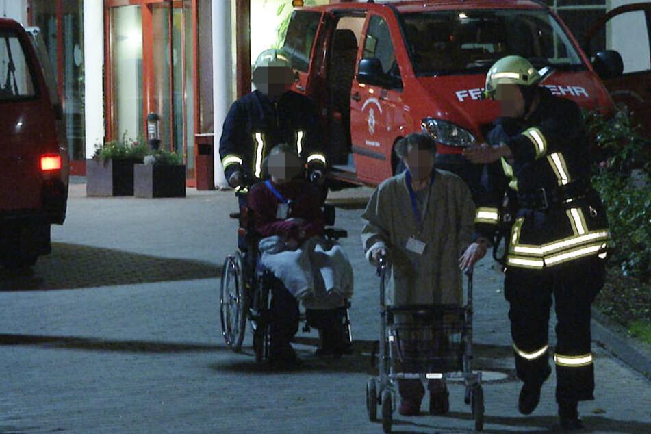 Feuerwehr und Rettungskräfte mussten 74 Bewohner in Sicherheit bringen.