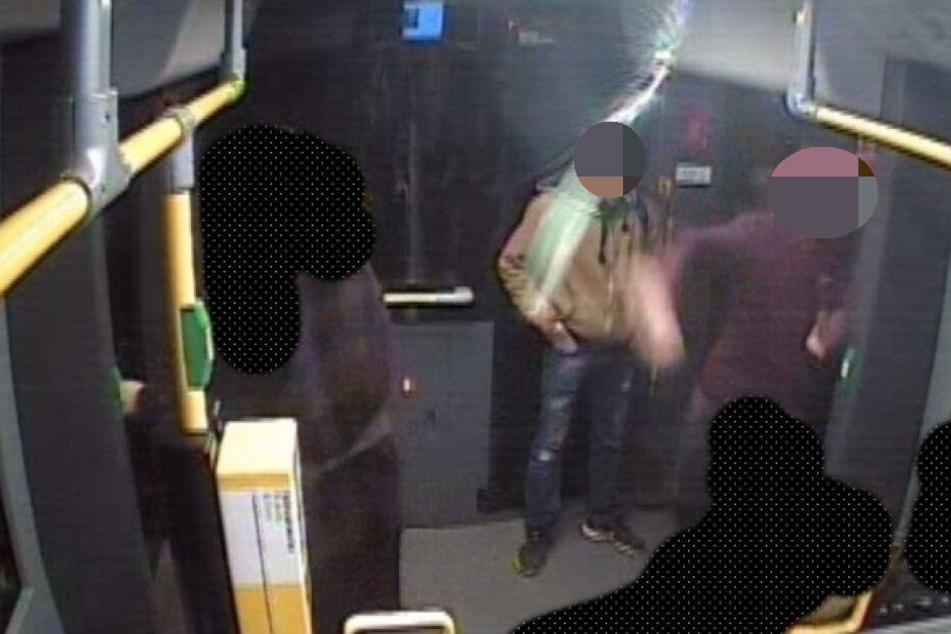 Hier sieht man den Flaschenwurf des Gesuchten. Die Glasflasche landete direkt im Gesicht einer 20-Jährigen Berlinerin und brach ihr das Nasenbein.