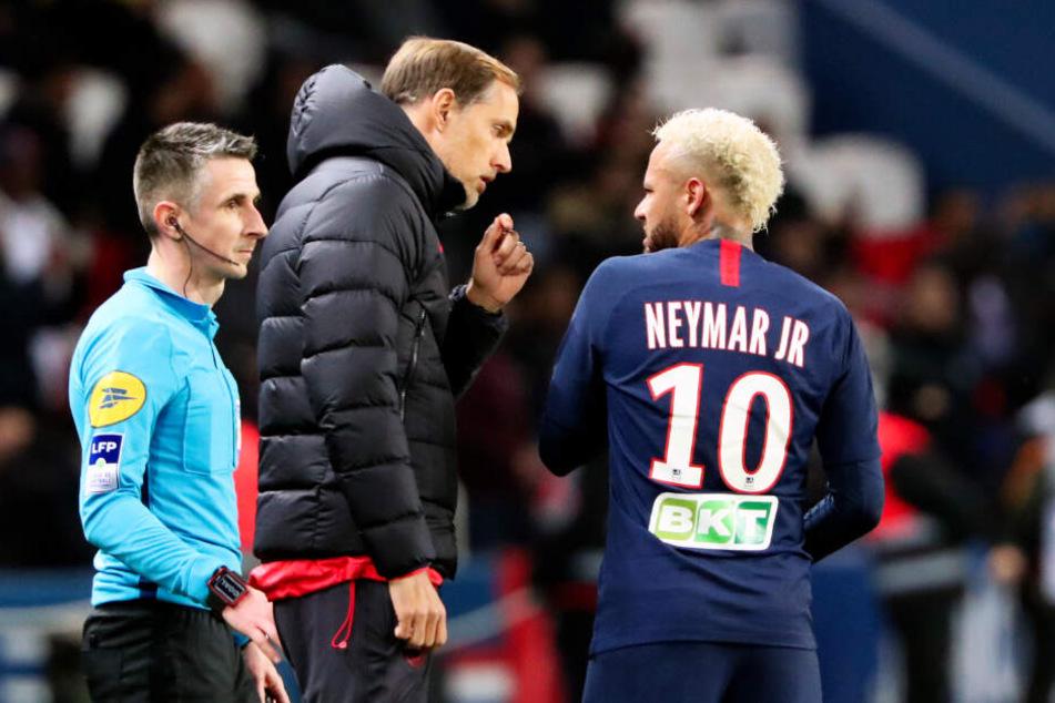 Thomas Tuchel im Gespräch mit Neymar. Für den Coach ist das Duell mit seinem Ex-Verein BVB bedeutsam.
