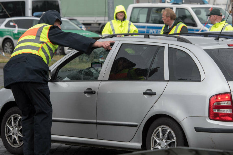 Bei einer Kontrolle auf der A4 erwischten Beamte der Bundespolizei einen Mann mit einem illegalen Elektroschocker. (Symbolbild)