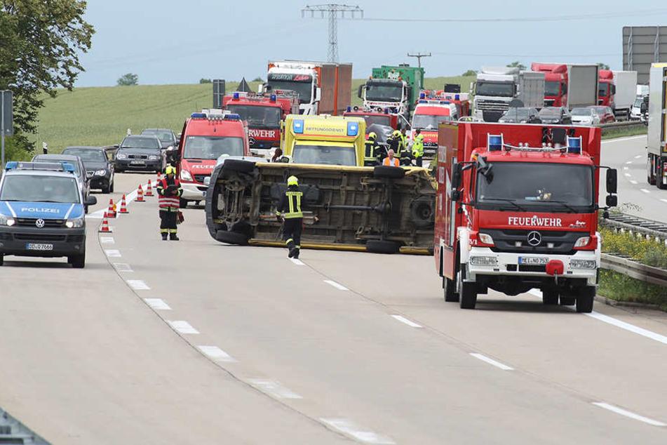 Stau nach schwerem Unfall auf A14! Transporter liegt quer auf Fahrbahn