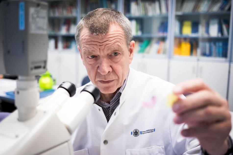 Der Hamburger Rechtsmediziner Klaus Büschel ist dafür, dass jeder Mensch in Deutschland eine Genprobe abgibt.