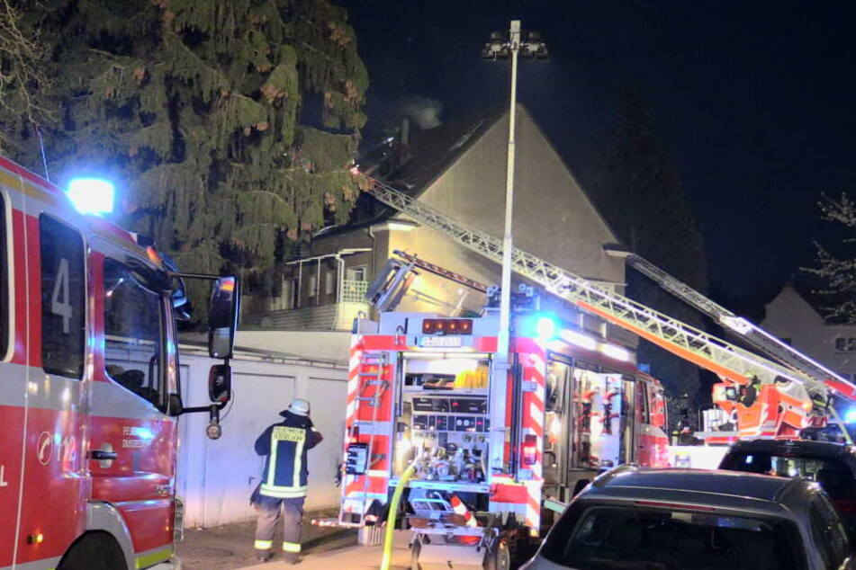 Die Feuerwehr Düsseldorf war mit rund 60 Einsatzkräften im Einsatz.