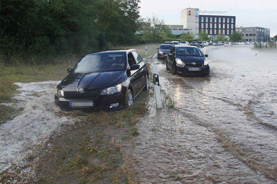 In Bietigheim-Bissingen kamen Autos auf überfluteten Straßen kaum voran.
