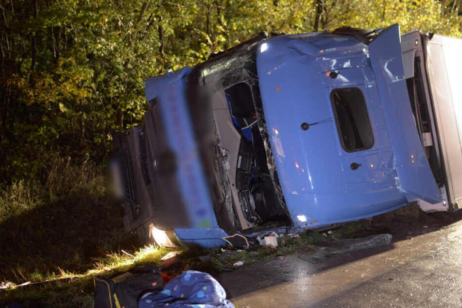 Der Fahrer des Lkws wurde bei beim Unfall schwer verletzt.