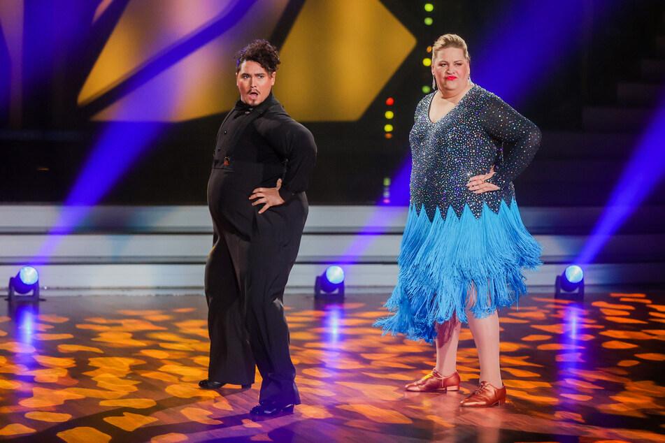 """Auch ein Hingucker: Ilka Bessin (r.), Comedian, und Erich Klann, Profitänzer in einem aufblasbaren Kostüm, tanzen in der RTL-Tanzshow """"Let's Dance""""."""