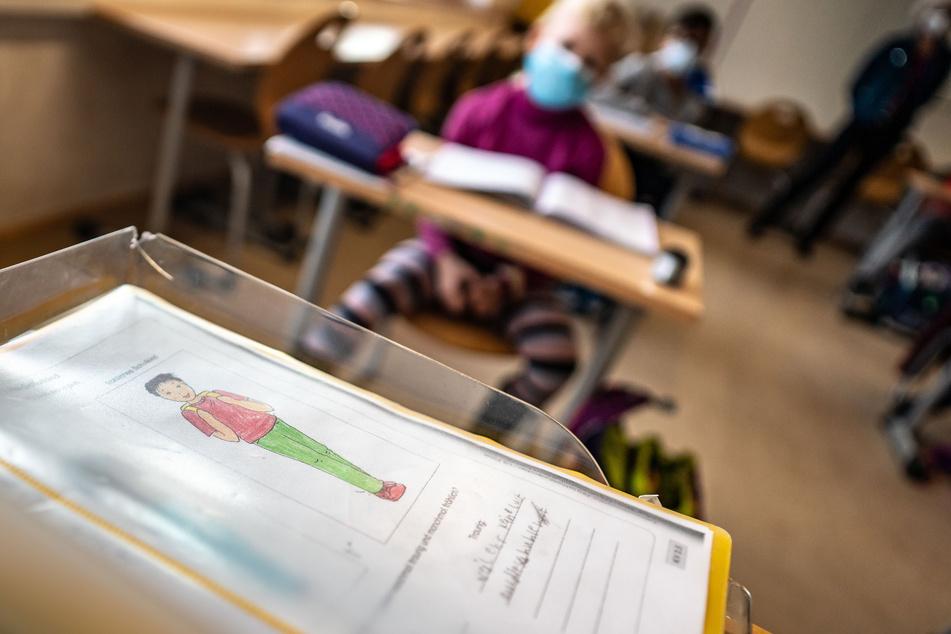 Für Kinder der Klassen eins bis sechs wird eine Notbetreuung angeboten. (Symbolbild)