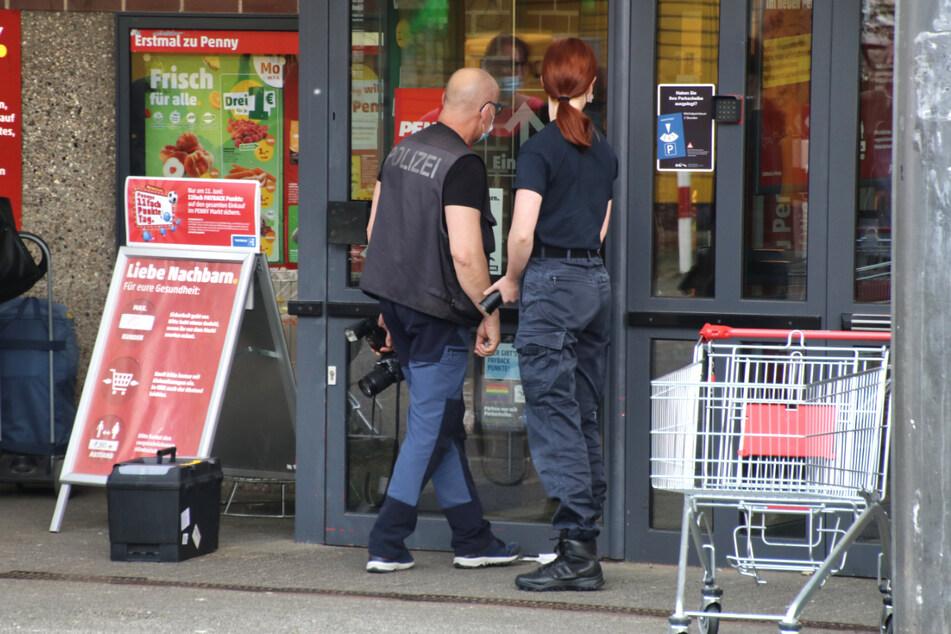 Polizeibeamte ermitteln nach einem Raubüberfall auf einen Penny-Supermarkt in Halle.