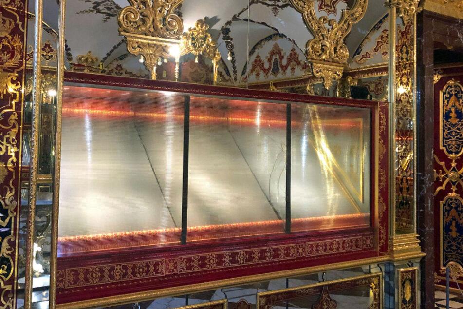 Besucher konnten hier einst zahlreiche Schätze, darunter drei Garnituren von August dem Starken, bewundern. Mittlerweile steht die Vitrine noch immer leer, ist Sachsens berühmtester Verbrechens-Tatort.
